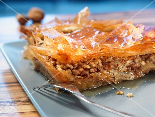 Baklava (yufka pastry with a nut filling)