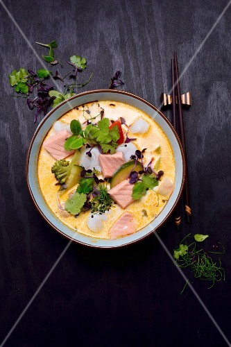 Tom Kha Soup with salmon, cod, broccoli, zucchini, coriander and sprouts (Thailand)