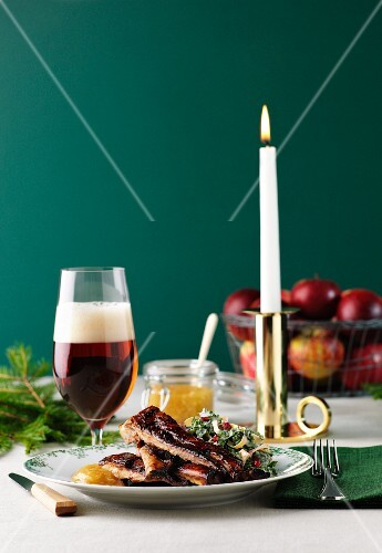 Marinated ribs with chutney and beer