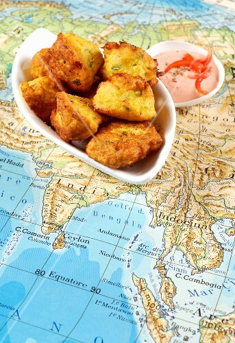Deep-fried cauliflower and chickpea dumplings with pepper dip (India)
