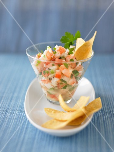 Shrimp ceviche with tomatoes and crisps