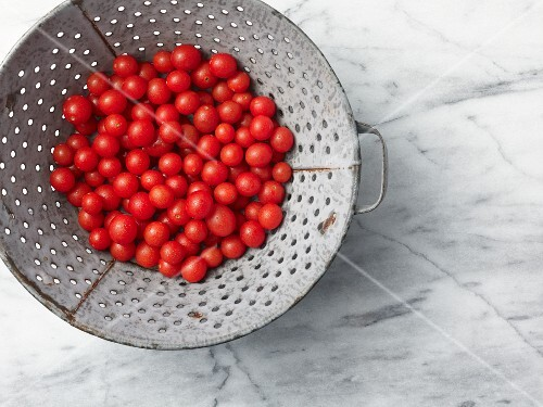 Cherry tomatoes in a colander (seen from above)