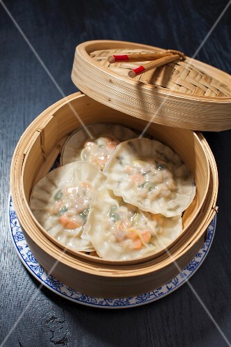 Steamed dumplings filled with pork (China)