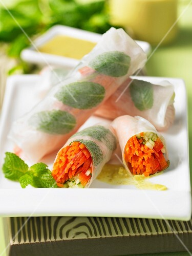 Vegetarian rice paper rolls with yellow coconut curry sauce (Thailand)