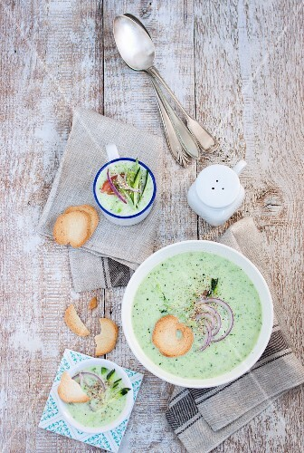 Cold courgette and cucumber soup with bread chips (seen from above)