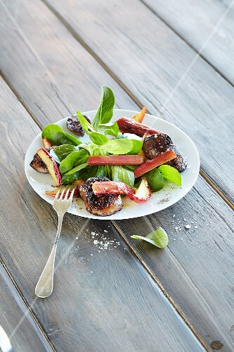 Rhubarb salad with apple, liver and lamb's lettuce