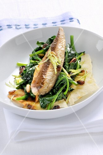 Sgombro con spinaci e pane carasau (mackerel with spinach on a slice of bread, Italy)
