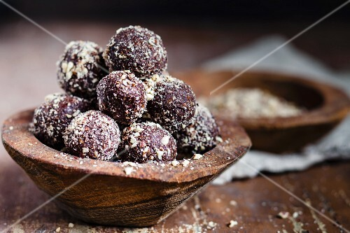 Energy bites made with nuts, cocoa and coconut oil