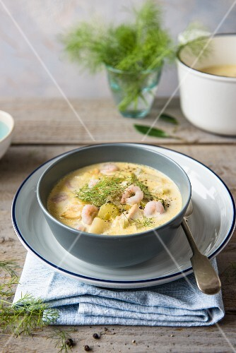 Chowder with prawns and dill
