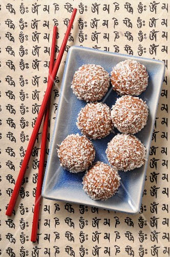 Coconut bites with grated coconut (Asia)