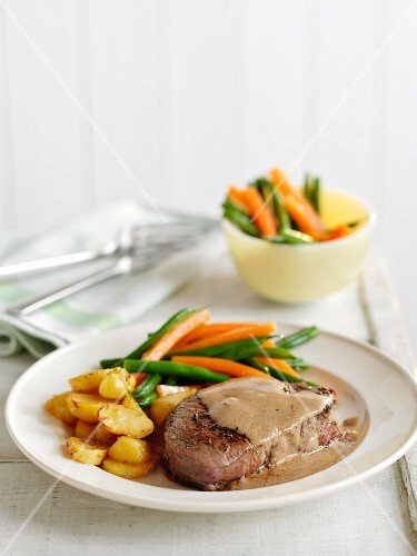Peppered steak with vegetables and fried potatoes