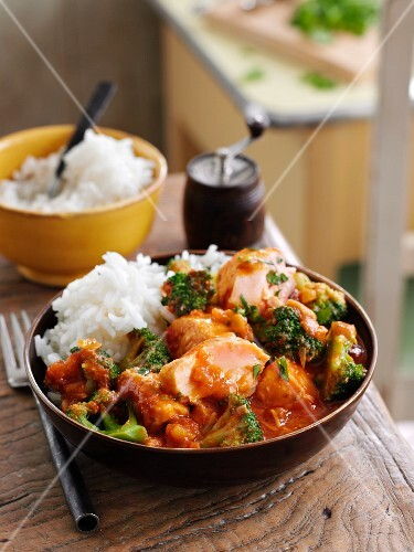 Quick fish curry with broccoli and rice