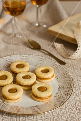 Caramel biscuits and dessert wine