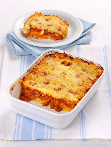 Gratin with a minced meat sauce and mashed potatoes
