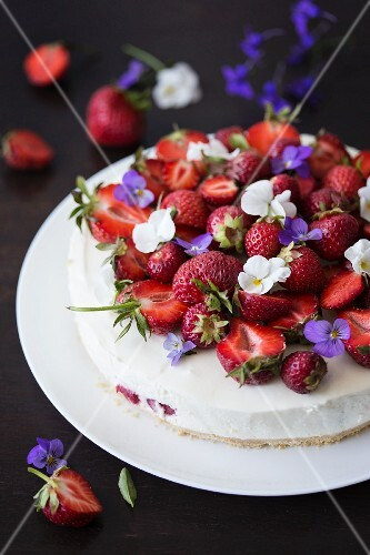 No-bake vanilla cheesecake with strawberries