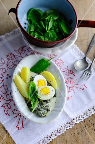 Sorrel with potatoes and egg