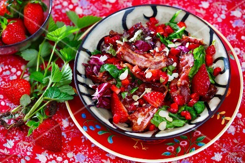 Strawberry salad with crispy bacon and radicchio