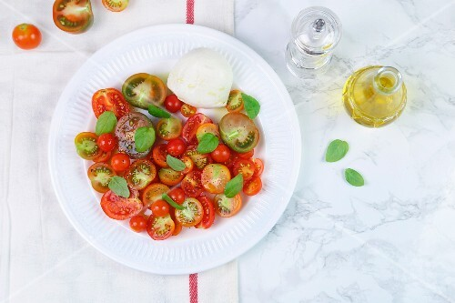 Insalata caprese (Tomatoes with mozzarella and basil)