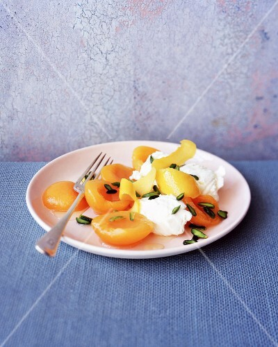 Peaches with ricotta and pistachios