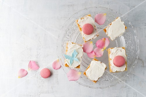 Lemon cake with quark cream and rose-flavoured macarons
