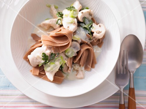 Quick chicken fricassee with wholemeal pasta
