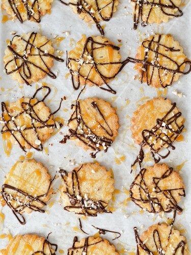 Crunchy biscuits with orange, almond, chocolate and caramel