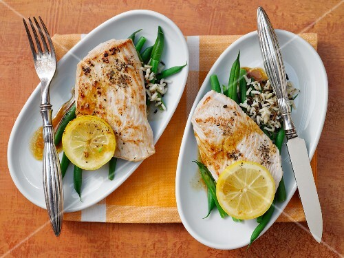 Lemon escalope with wild rice and green beans