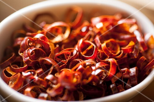 Dried chilli rings in a bowl (close-up)