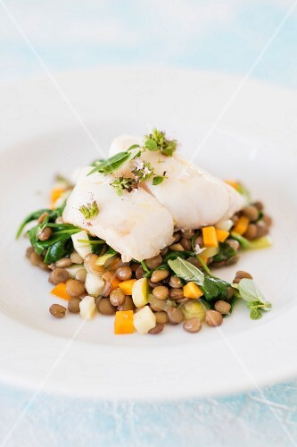 Fillet of coalfish with oregano on a bed of lentils and vegetables (low-carb)