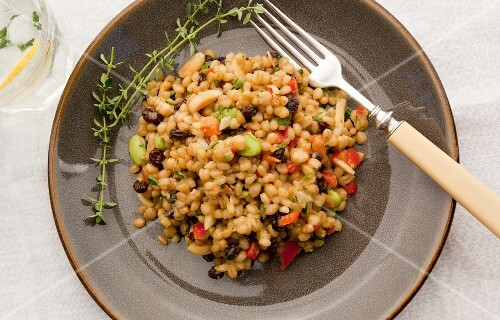 Wheat salad with curry and vegetables