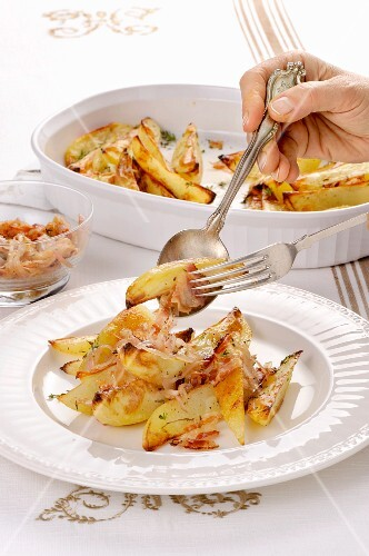 Patate al forno condite (oven-roasted potatoes with onion, Italy)