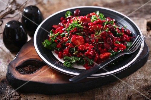 Red risotto with kidney beans and kale