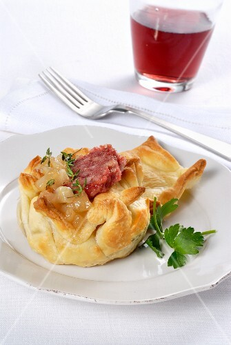 Zampone e pere in cestino (sausage and pear wrapped in puff pastry)