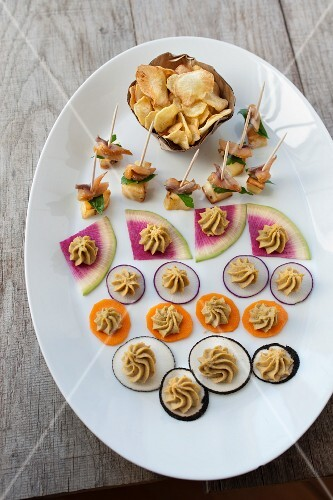 Sliced vegetables with farina bòna cream, parsnip kebabs and vegetable crisps