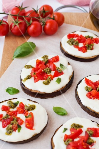 Aubergine pizzettes with tomato and pesto