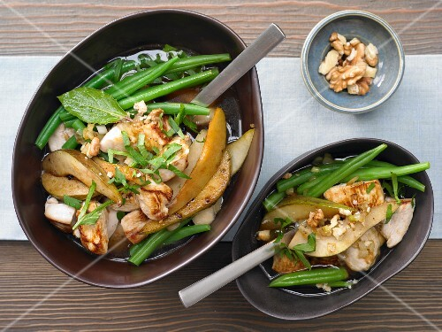 Chicken cooked with pears and green beans