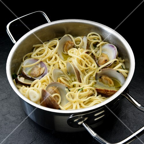Spaghetti with little neck clams in a saucepan