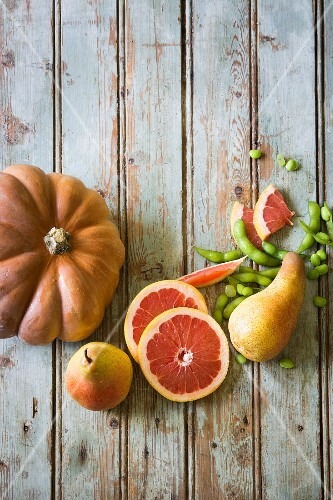 An arrangement of winter pumpkin, pears, grapefruit and edamame