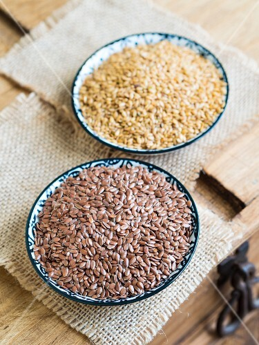 Brown and golden linseed in small bowls