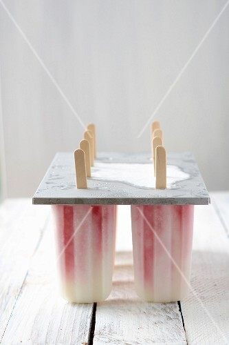 Yoghurt ice lollies with strawberry purée