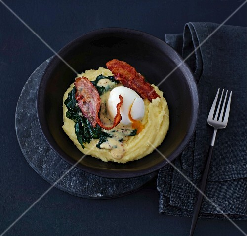 Potato purée with spinach, bacon and a soft-boiled egg