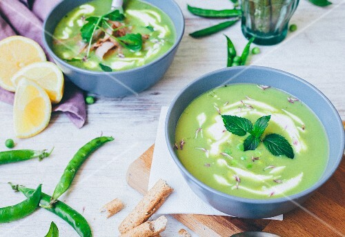 Pea soup with mint leaves
