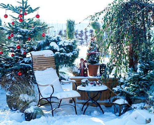 sitzplatz auf der terrasse mit weihnachtlicher dekoration bild kaufen friedrich strauss. Black Bedroom Furniture Sets. Home Design Ideas