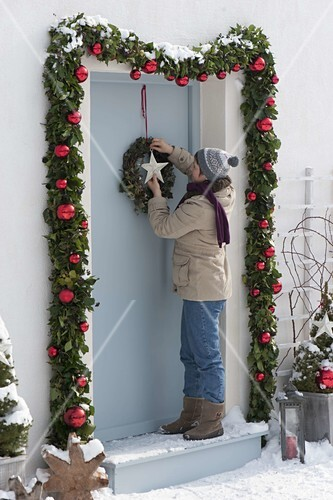 haust r mit girlande weihnachtlich dekorieren bild kaufen friedrich strauss gartenbildagentur. Black Bedroom Furniture Sets. Home Design Ideas