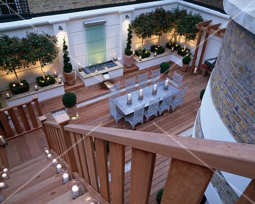moderner dachgarten mit holzplanken ausgelegt. Black Bedroom Furniture Sets. Home Design Ideas