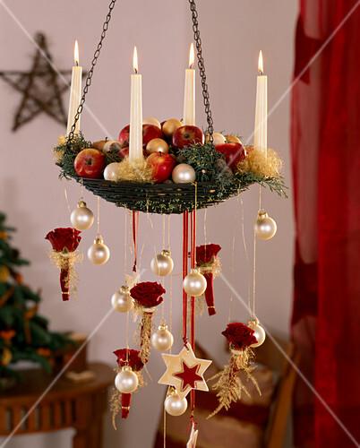 h ngender adventskranz dekoriert mit malus pfel cupressus bild kaufen friedrich strauss. Black Bedroom Furniture Sets. Home Design Ideas