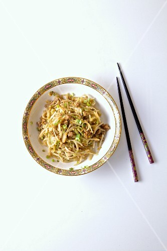 Pork with noodles and spring onions (China)