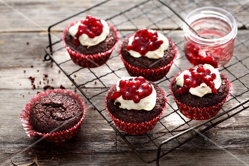 Small chocolate and lingonberry cakes