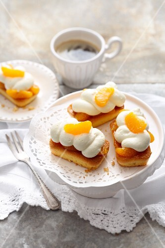 Small cheesecakes with mandarines