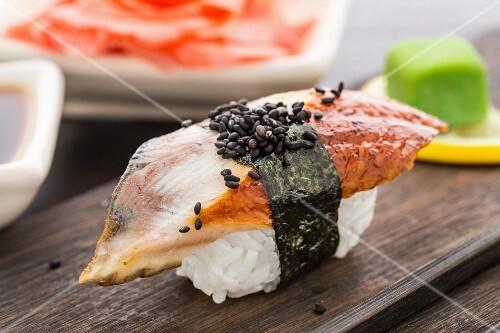 nigiri sushi mit r ucheraal auf einer holzplatte bild kaufen 12262080 stockfood. Black Bedroom Furniture Sets. Home Design Ideas